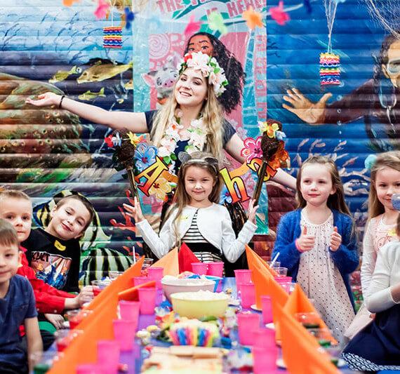 dzieci i animator na przyjęciu urodzinowym w Family Park