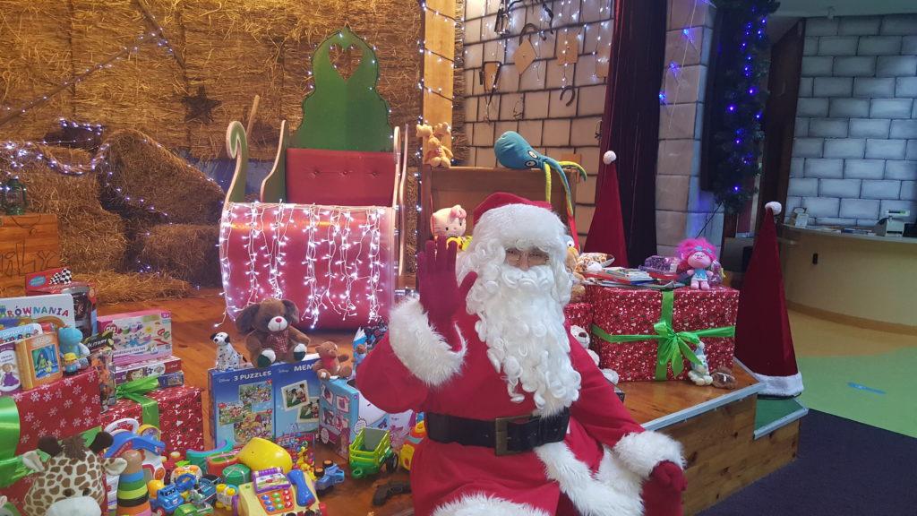 """Święty Mikołaj i zabawki jakie udało się zgromadzić w Family Park w związku z akcją """"Podziel się zabawką"""""""