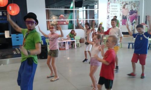 Animator prowadzi zajęcia taneczne podczas imprezy organizowanej przez IKEA