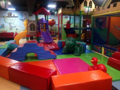 Zdjęcie przedstawia atrakcje znajdujące się w Kąciku Malucha - strefie zabaw dla dzieci do 6 roku życia w Family Park. Na zdjęciu widać zjeżdżalnię oraz basen chiński z piłeczkami.